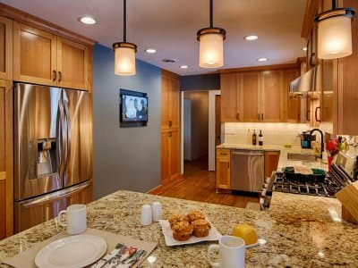 Pendant and recessed lights in kitchen
