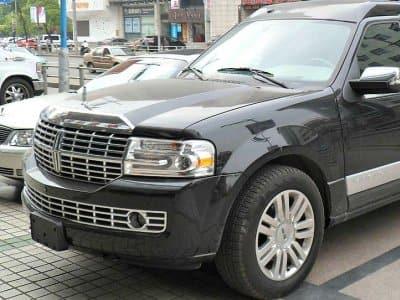black Lincoln limo