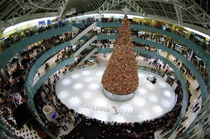 The four-story Galleria Dallas Christmas tree in Dallas, Texas. (Photo courtesy of Wikimedia Commons)