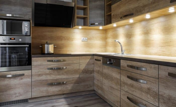 Merveilleux Kitchen With Wood Cabinets And Under Cabinet Lighting