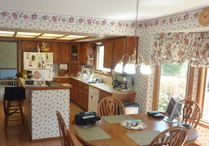 kitchen with wallpaper