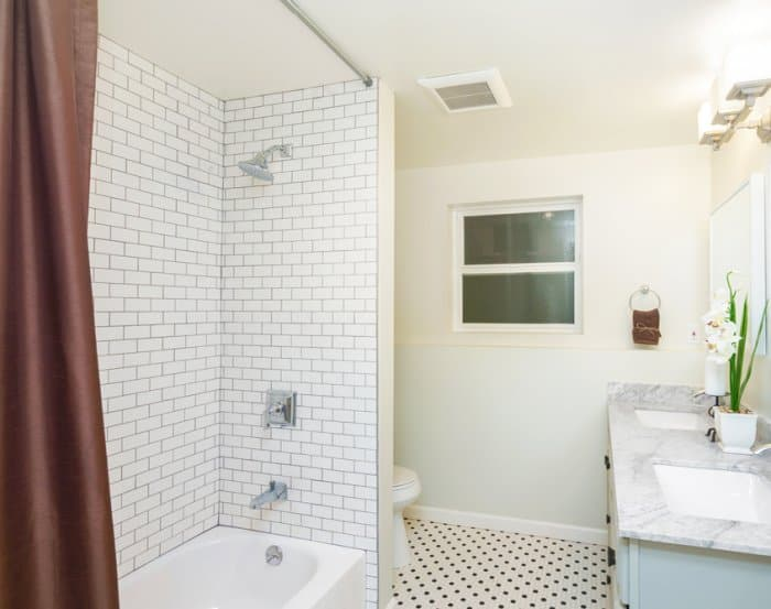 Etonnant Bathtub And Shower Combo With Subway Tile And Brown Curtain