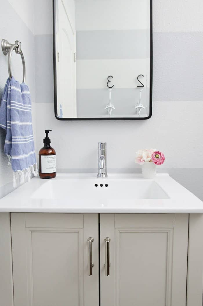 The light sink and the pops of color keep the bathroom bright. (Photo courtesy of Jennifer Jones/iHeart Organizing)