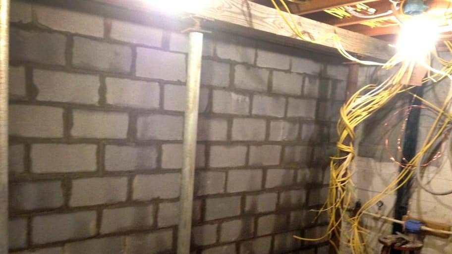 Internal foundation support wall