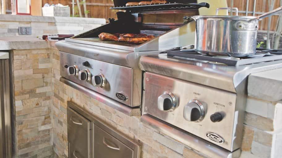 Outdoor kitchen grill