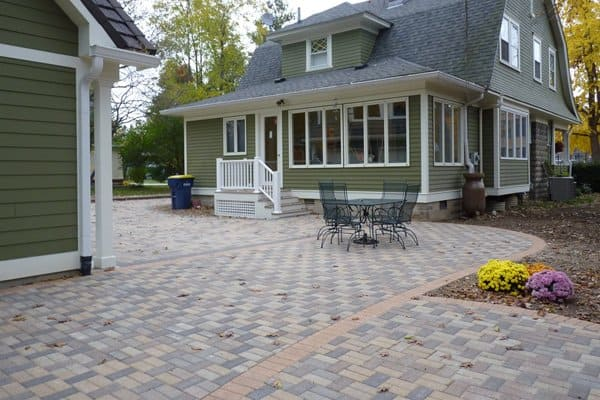 outdoor patio hardscaped with patio pavers