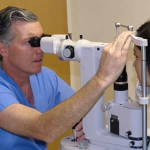 Optometrist vs. opthamologist? Know the difference between these two professionals and choose the best professional when it comes to eye care.