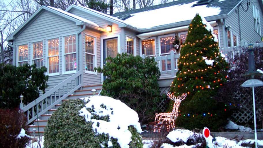 hire a pro to hang up christmas lights - Professional Christmas Decorators Cost